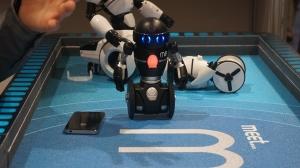 高科技玩具 WowWee可编程机器人MiP亮相