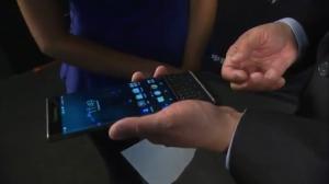 双曲面屏与双操作方式 黑莓CEO亲手展示首款Android手机