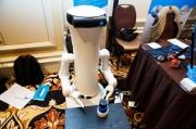 这个移动机器人想帮助你完成日常家务