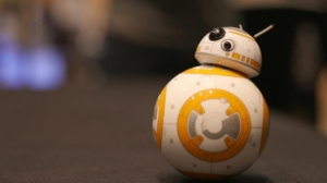 用手势控制《星战7》BB-8机器人 一个手环就能办到