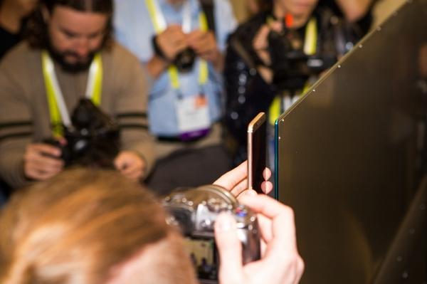 小米CES首秀:有皓月白小米MIX,还有比手机更薄的电视