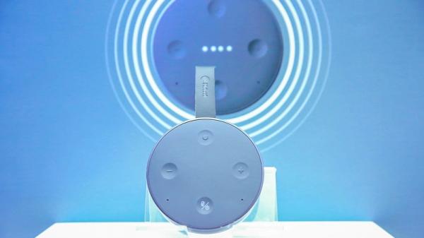 """为了满足用户的多场景移动需求,出门问问又出了一款主打便携防水的""""mini""""智能音箱"""
