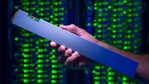 英特尔公布新款32 TB尺状SSD,堪称史上最高密集固态存储方案