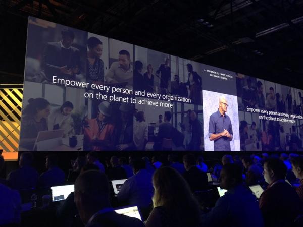 他是微软印度裔CEO,正用同理心重振一家跨国科技公司,用AI推动数字化转型