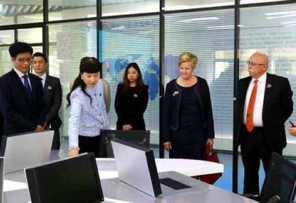 澳大利亚驻华参赞体验和信创天下一代云桌面