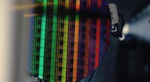 英特��展示面向未�砟�K化3D芯片的互�B新品