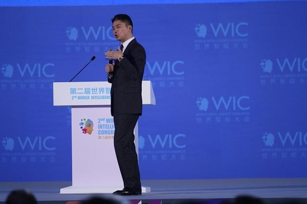 刘强东演讲实录:我们的AI能力领先,但不会因此裁掉任何一名兄弟